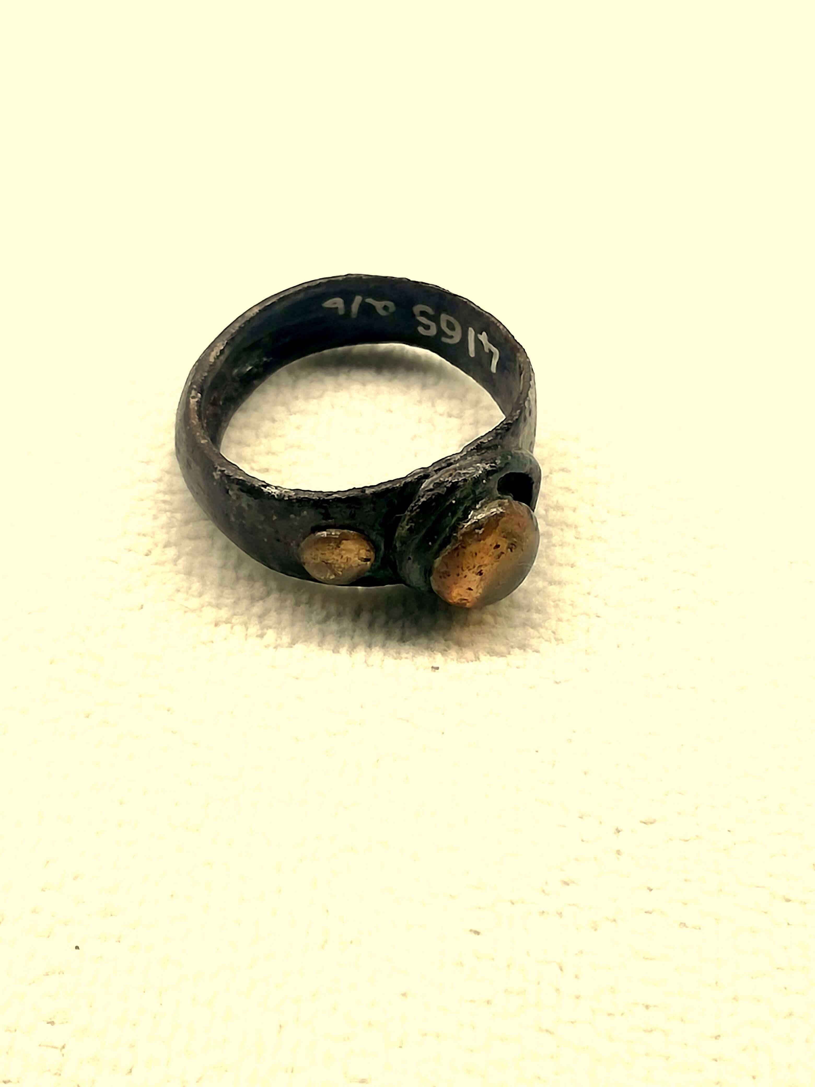 anello in ambra e metallo
