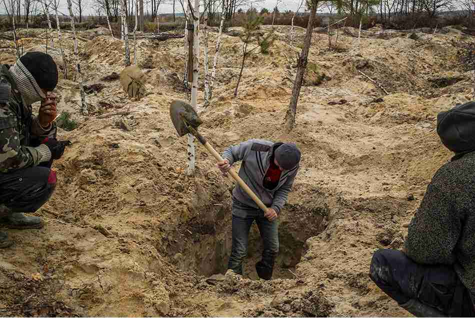 La ricerca dell'ambra scavando la terra